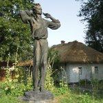 памятник Довженко